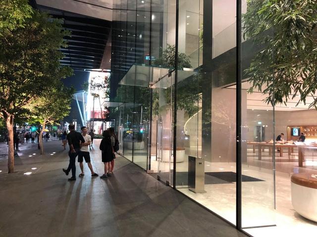 Dân buôn Việt ùn ùn kéo sang Singapore chờ xếp hàng mua iPhone mới - 5