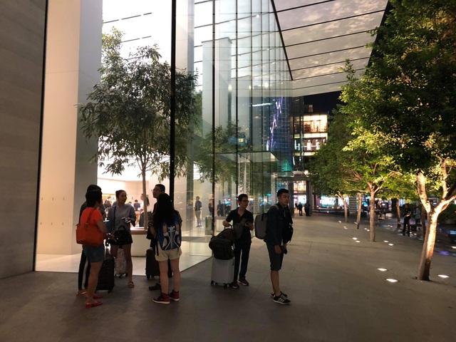Dân buôn Việt ùn ùn kéo sang Singapore chờ xếp hàng mua iPhone mới - 2