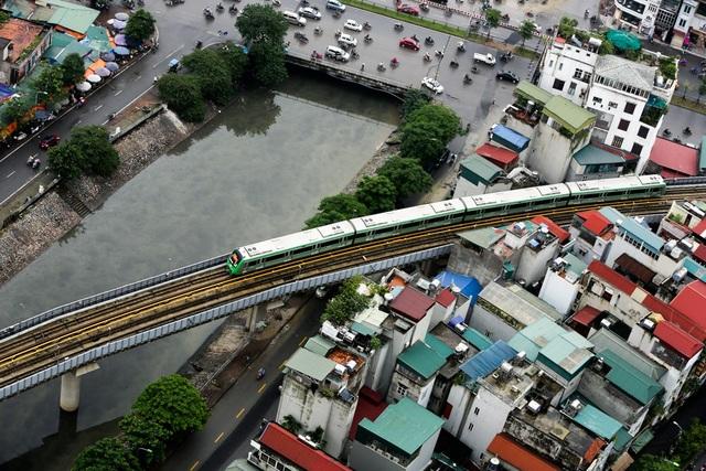 Đoàn tàu chạy qua sông Tô Lịch, nhà ga trên đường Láng.