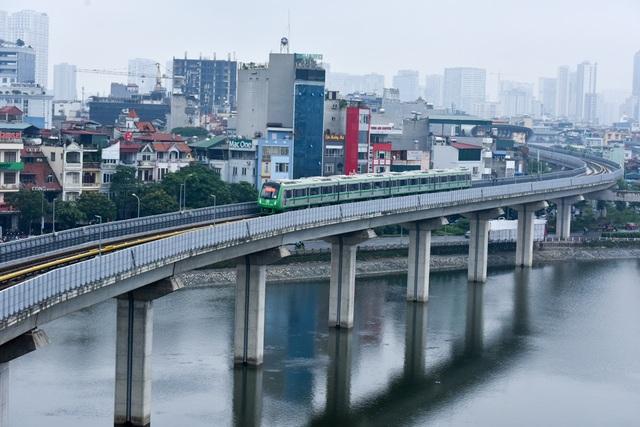 Đoàn tàu đường sát trên cao chạy qua hồ Hoàng Cầu (Đống Đa, Hà Nội). Cùng với quá trình vận hành thử kỹ thuật, phía nhà thầu Trung Quốc cũng tiến hành đào tạo và chuyển giao vận hành cho các nhân sự phía Việt Nam