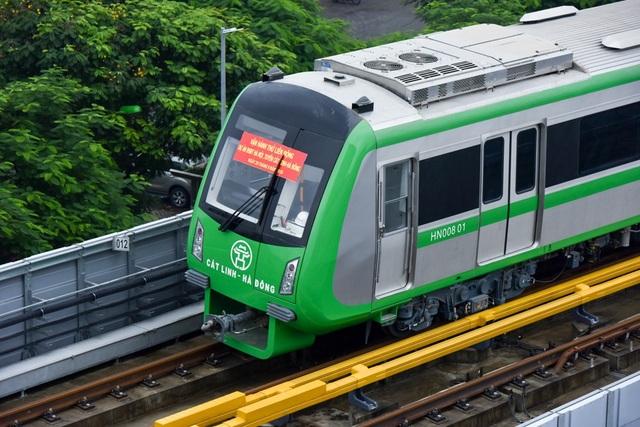 Trên đầu tầu có dán dòng chữ vận hành thử liên động dự án đường sắt trên cao Cát Linh-Hà Đông.