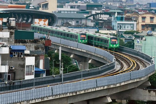 Đoàn tàu chạy từ ga La Khê, dừng tại ga La Thành, Thái Hà , Láng, Thượng Đình... và ga Cát Linh.