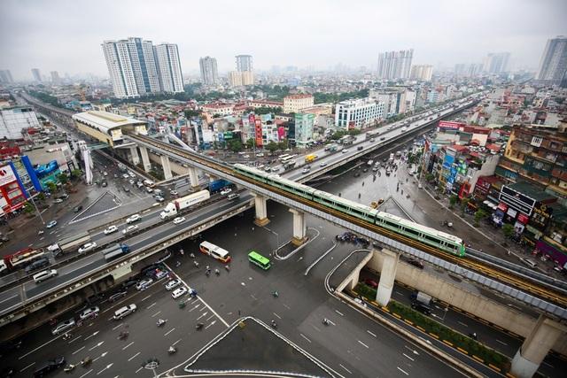 Đoàn tàu chạy qua nút giao 4 tầng đường Nguyễn Trãi, Khuất Duy TIến.