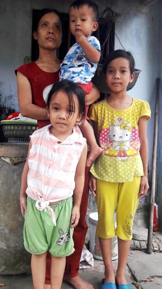 Ba đứa con thơ, đứa lớn mới học lớp 5 còn đứa bé mới 30 tháng tuổi