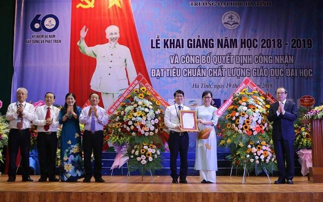 Đại diện các ngành trao Giấy chứng nhận kiểm định chất lượng giáo dục đại học cho trường Đại học Hà Tĩnh