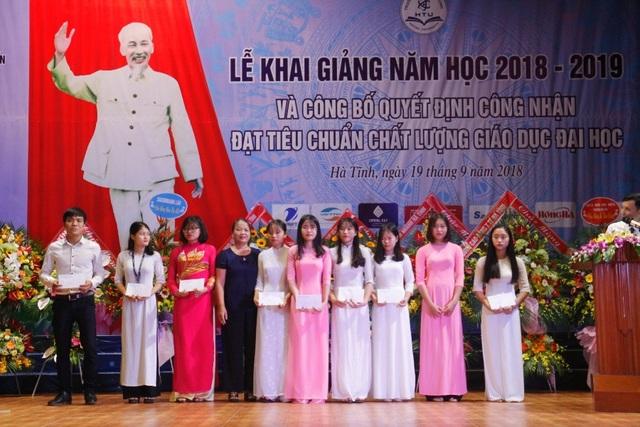 Đại diện Hội Khuyến học Hà Tĩnh trao các suất quà cho các sinh viên