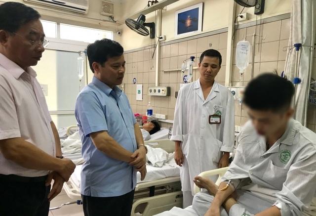 Ông Quý cùng lãnh đạo sở Y tế Hà Nội thăm nạn nhân đêm nhạc hội mùa thu 2018 (Ảnh: ANTĐ)
