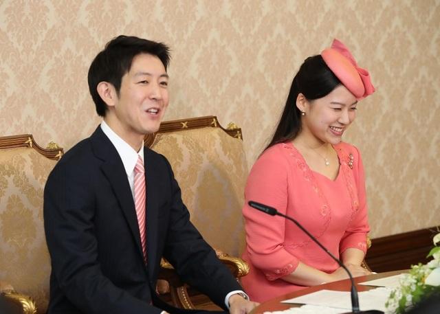 Công chúa Ayako cùng hôn phu trong buổi họp báo hồi tháng 7 (Ảnh: Mainichi)