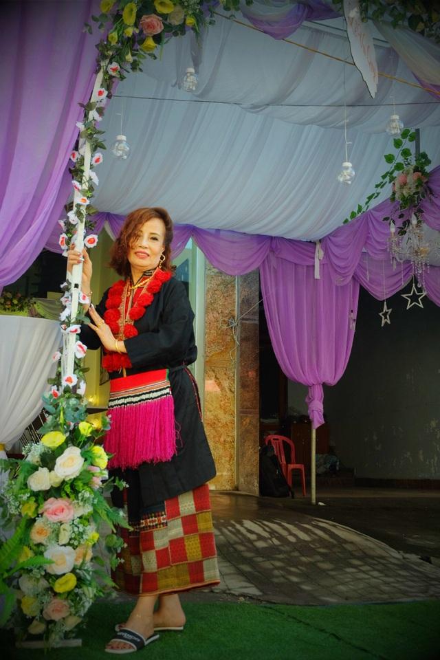 Bộ váy cưới theo truyền thống dân tộc Dao được mẹ chồng chị Sao đích thân tặng cho con dâu trong ngày vui trọng đại. .