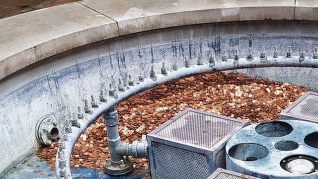 Khoảng 100.000 đồng tiền xu với tổng trị giá hơn 30 triệu đồng bị bỏ quên tại một đài phun nước không còn sử dụng