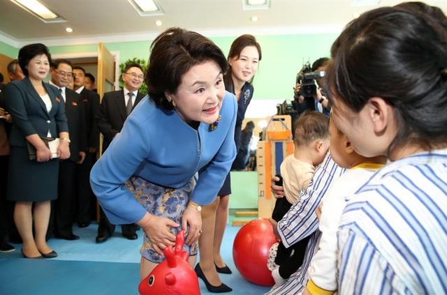 Phu nhân Tổng thống Hàn Quốc Moon Jae-in, bà Kim Jung-sook, và phu nhân nhà lãnh đạo Triều Tiên Kim Jong-un, bà Ri Sol-ju, ngày 18/9 đã cùng nhau tới thăm bệnh viện nhi Okryu - bệnh viện đa khoa lớn nhất dành cho trẻ em tại Triều Tiên. Hai đệ nhất phu nhân đã tham quan các phòng chụp CT và X-quang và tới thăm một phòng giáo dục thể chất dành cho trẻ em tại bệnh viện.