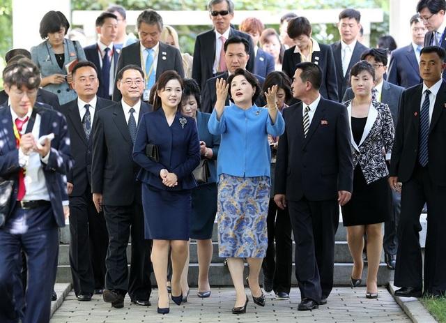 Sau khi rời bệnh viện, bà Kim Jung-sook và bà Ri Sol-ju đã tới thăm Nhạc viện Kim Won-gyun - trường đào tạo âm nhạc hàng đầu của Triều Tiên. Ngôi trường được đặt theo tên của nhà soạn nhạc nổi tiếng Triều Tiên và hầu hết các nhạc sĩ cũng như những người giành chiến thắng trong các cuộc thi âm nhạc quốc tế của Triều Tiên đều theo học trường này.