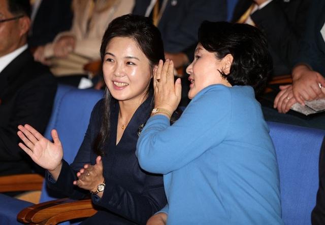 Hai đệ nhất phu nhân đã vui vẻ trò chuyện khi cùng nhau thưởng thức một chương trình hòa nhạc được tổ chức tại Nhạc viện Kim Won-gyun.