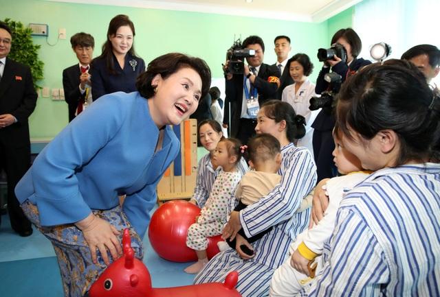 Đệ nhất phu nhân Hàn Quốc đã thăm hỏi các trẻ em tại bệnh viện Okryu. Bệnh viện Okryu gồm 6 tầng, được xây dựng từ tháng 10/2013 theo chỉ đạo của ông Kim Jong-un với khoảng 180 bác sĩ.