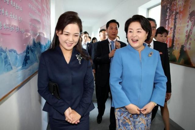 Cả hai đệ nhất phu nhân đều là những người có nền tảng về âm nhạc. Bà Kim Jung-sook từng là thành viên của dàn hợp xướng Seoul, còn bà Ri Sol-ju từng là một ca sĩ của ban nhạc Unhasu nổi tiếng của Triều Tiên.