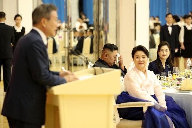 Bà Kim Jung-sook và bà Kim Jung-sook cùng ngồi chung bàn tiệc trong bữa tiệc tối do nhà lãnh đạo Kim Jong-un chủ trì để đón tổng thống và phu nhân Hàn Quốc.