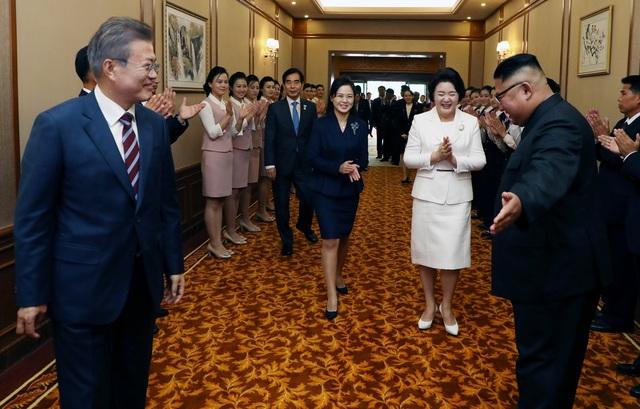 Đệ nhất phu nhân Triều Tiên đi cạnh bà Kim Jung-sook trong lễ đón tiếp tại nhà khách Paekwawon sau khi Tổng thống và Đệ nhất phu nhân Hàn Quốc đặt chân tới sân bay Bình Nhưỡng. Bà Ri Sol-ju là đệ nhất phu nhân đầu tiên của Triều Tiên tham gia lễ đón chính thức trong khuôn khổ hội nghị thượng đỉnh liên Triều.