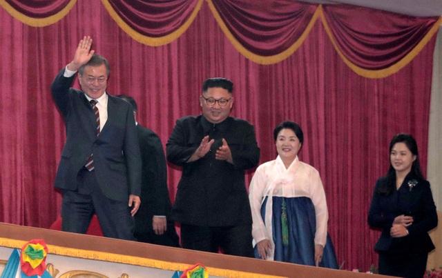 Hai đệ nhất phu nhân Hàn - Triều cũng được nhìn thấy đi cạnh nhau khi tới dự chương trình nghệ thuật tại nhà hát lớn Bình Nhưỡng vào tối 18/9.