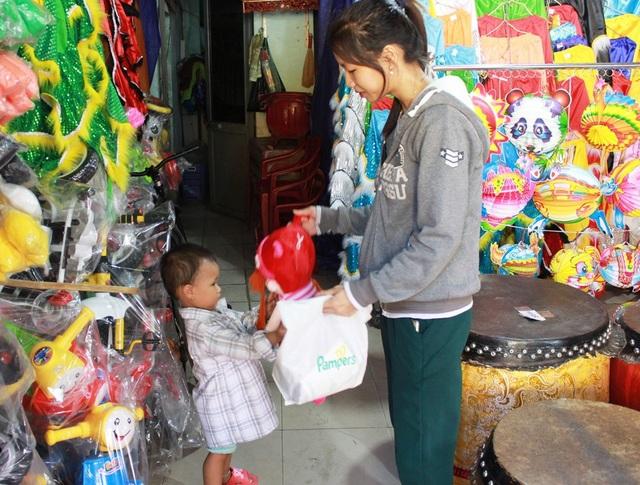 Nhiều gia đình ở Đà Nẵng đã mua sắm đồ chơi cho trẻ đón Tết Trung thu sớm