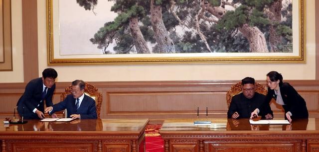 Hai nhà lãnh đạo ký tuyên bố chung sau cuộc họp thượng đỉnh tại Bình Nhưỡng.