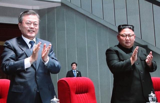 Hai nhà lãnh đạo dự chương trình đồng diễn tại sân vận động.