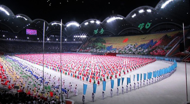 Màn đồng diễn với sự tham gia của hàng nghìn người được tổ chức nhân chuyến thăm của Tổng thống Hàn Quốc.