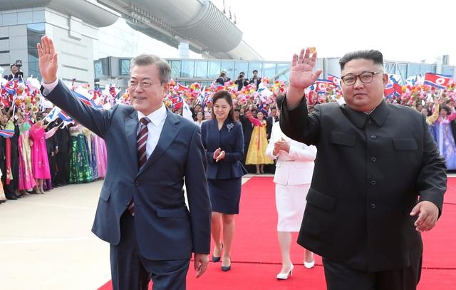 Ông Kim Jong-un đón ông Moon Jae-in tại sân bay Sunan ngày 18/9 (Ảnh: Reuters)