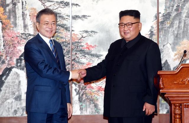 Tổng thống Moon và nhà lãnh đạo Kim Jong-un tổ chức họp báo công bố kết quả cuộc họp thượng đỉnh.
