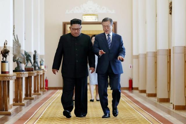 Tổng thống Moon Jae-in và nhà lãnh đạo Kim Jong-un họp thượng đỉnh lần 2 vào sáng 19/9. Đây là cuộc họp kín và chỉ có sự tham gia của hai nhà lãnh đạo.