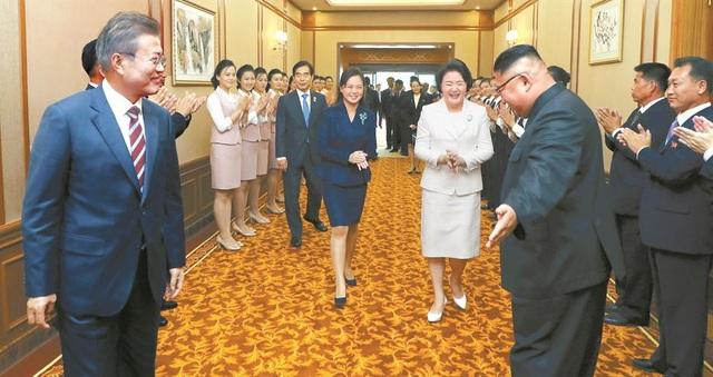 Ông Kim Jong-un đón tiếp Tổng thống và Đệ nhất phu nhân Hàn Quốc tại nhà khách Paekhwawon (Ảnh: Joint Press Corps)