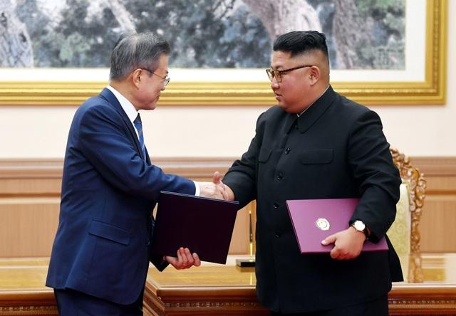 Hai nhà lãnh đạo bắt tay nhau sau khi ký tuyên bố chung với nhiều nội dung quan trọng.