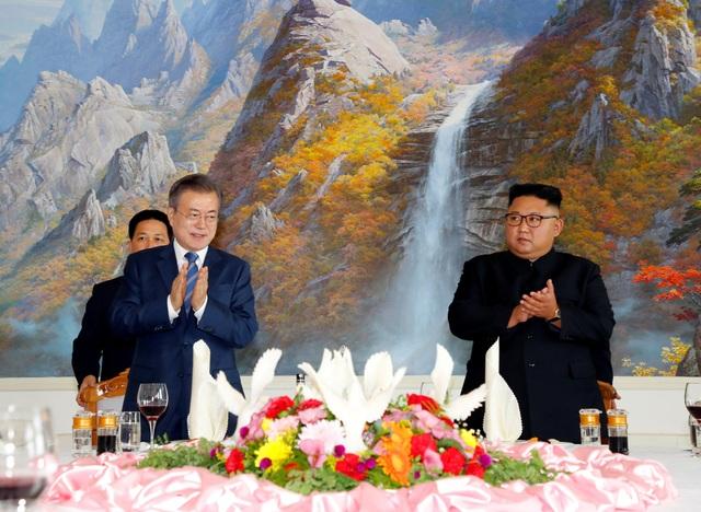 Bàn tiệc được Triều Tiên trang trí cầu kỳ trong bữa trưa dành cho Tổng thống Hàn Quốc.