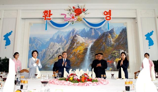 Hai nhà lãnh đạo và hai đệ nhất phu nhân ăn trưa cùng nhau.
