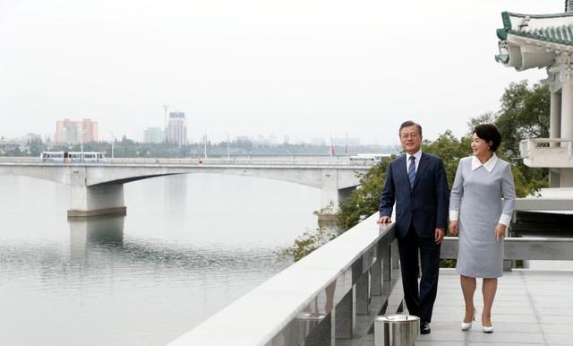 Tổng thống Hàn Quốc và phu nhân đi dạo sau bữa trưa.
