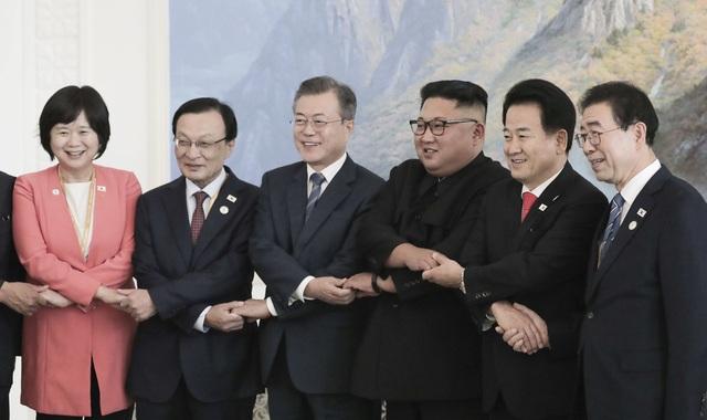 Nhà lãnh đạo Kim Jong-un bắt tay chéo cùng các quan chức cấp cao trong phái đoàn Hàn Quốc tới Triều Tiên.