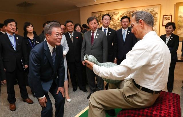 Tổng thống Moon Jae-in và phu nhân tới thăm bảo tàng nghệ thuật Mansudae ở Bình Nhưỡng.