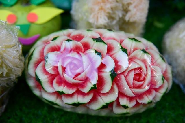 Ngoài chó làm từ bưởi, nhiều loại hoa quả khác cũng được bán phục vụ Trung thu như dưa hấu khắc hình hoa hồng...