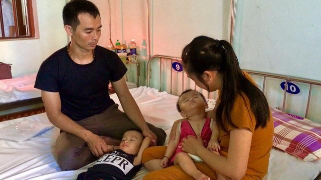 Cả hai đứa con anh Đông, chị Oanh đều bị chứng bại não, cháu thứ 2 còn bị thêm tim bẩm sinh ở mức độ nặng