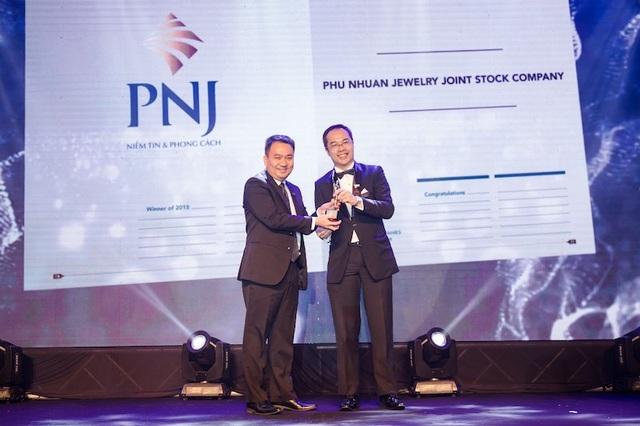 Ông Lê Trí Thông (bên trái), TGĐ PNJ, đại diện doanh nghiệp nhận giải thưởng do Tạp chí HR Asia trao tặng