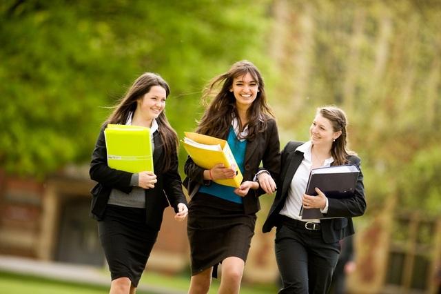 Học sinh trong trường nội trú Anh Quốc