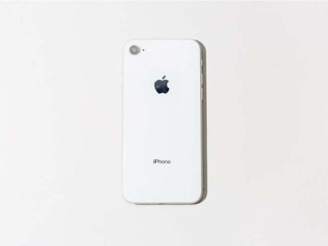 Giá iPhone 8 rẻ hơn khá nhiều so với iPhone XS.
