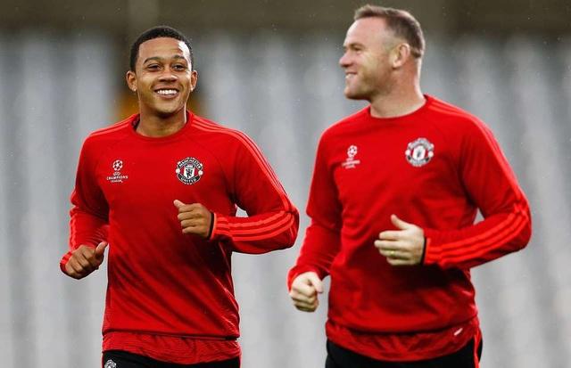 Depay (trái) và Rooney (phải) từng là những người đồng đội thân thiết ở Man Utd