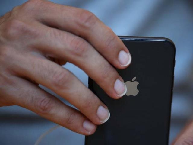 iPhone 8 có kích thước nhỏ gọn, dễ sử dụng hơn iPhone XS.