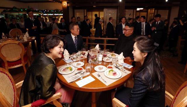 Tổng thống Moon cùng nhà lãnh đạo Kim Jong-un và hai phu nhân ăn tối tại nhà hàng hải sản sông Taedong ở Bình Nhưỡng.