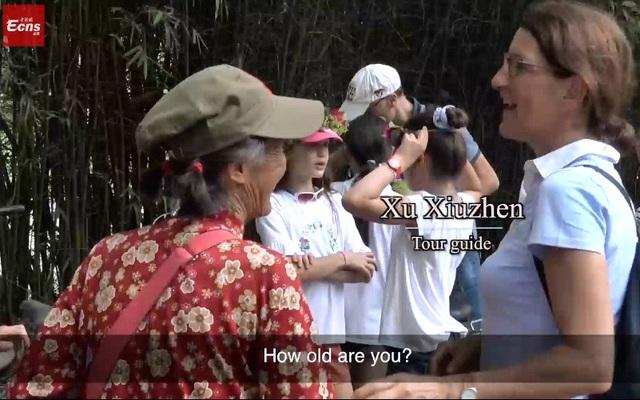 Cụ bà 74 tuổi biết nói 11 thứ tiếng, rất thích trò chuyện với khách nước ngoài