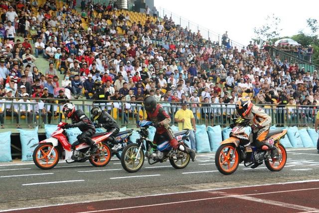 Hàng nghìn đã đến xem, cổ vũ cho giải đua xe mô tô toàn quốc diễn ra tại sân vận đồng TP Cần Thơ vào chiều 2/9