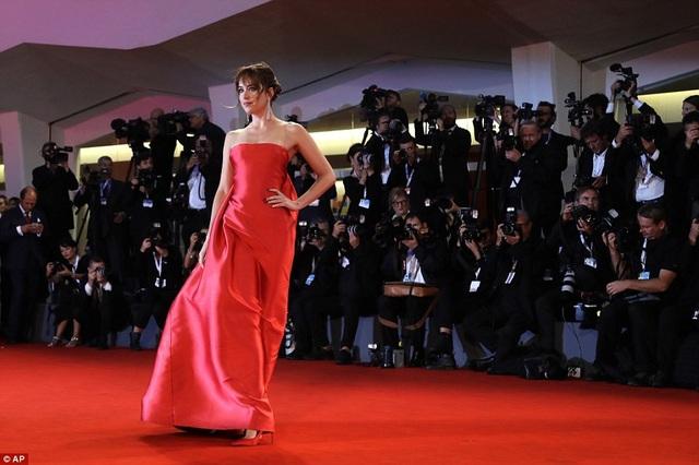 Nữ diễn viên trẻ diện bộ váy đỏ thanh lịch và tinh tế của Christian Dior kết hợp với giày đồng màu, nữ trang kim cương