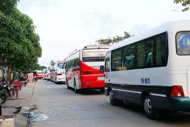 Xe du lịch chật kín khắp phố vào Hội An