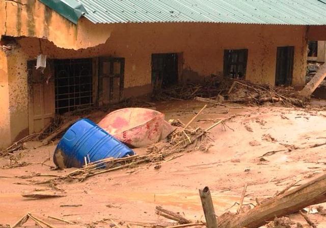 Những ngôi nhà chứa đầy bùn đất sau khi lũ đi qua