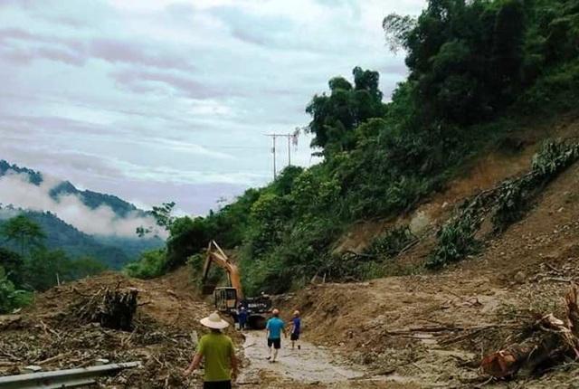 Tình trạng sạt lở nghiêm trọng trên tuyến đường huyết mạch lên huyện Mường Lát khiến địa phương này bị cô lập hoàn toàn (Ảnh: Văn Lược)
